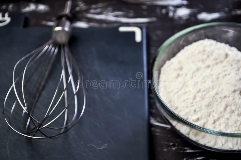 Pudra och vifta för att laga mat mat och att laga mat för kvinnor Kvinna` s royaltyfri bild