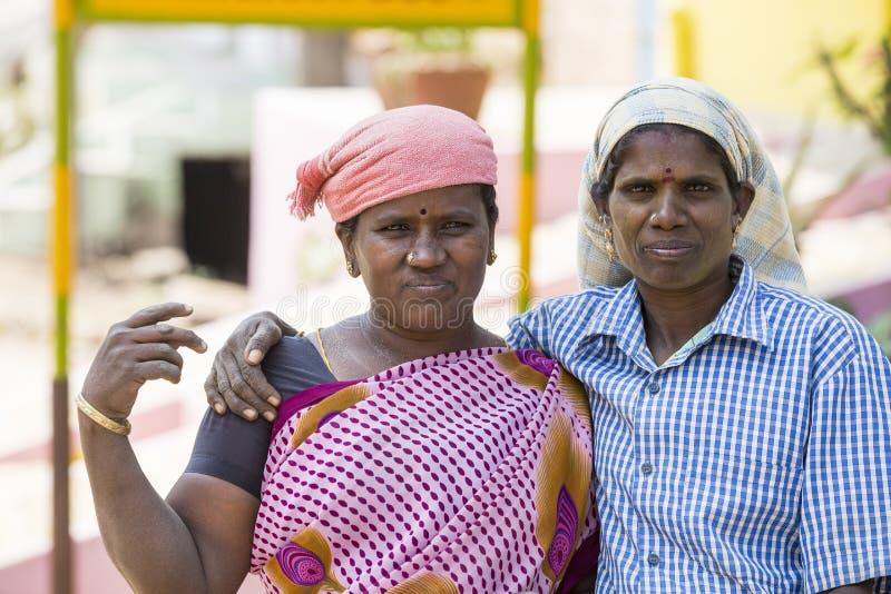 PUDUCHERY PONDICHERY, TAMIL NADU, INDIEN - mars circa, 2018 Ståenden av den oidentifierade kvinnan som ler arbetare, används i co royaltyfri bild