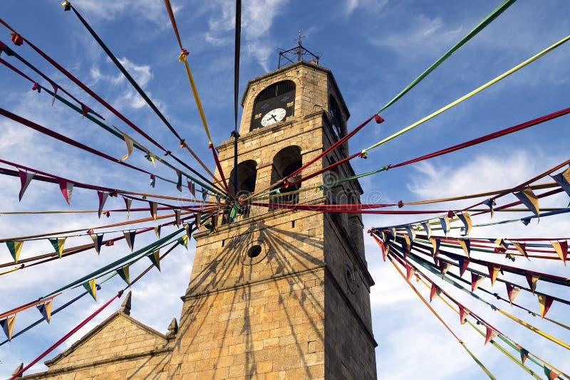 PUEBLA DE SANABRIA, ESPANHA - 12 DE AGOSTO DE 2017: vista da igreja de Puebla de Sanabria com a decoração mevieval do mercado imagem de stock