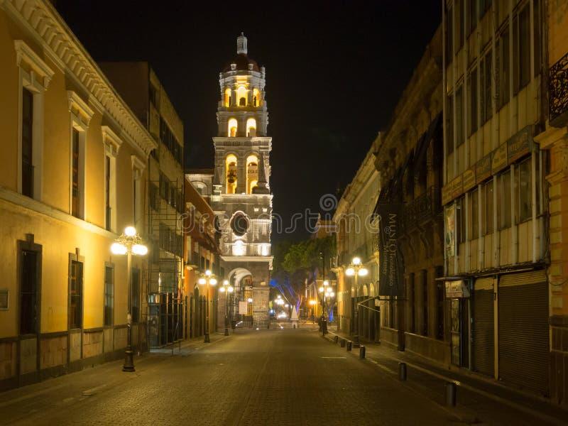 Puebla, Meksyk, Ameryka Południowa [miasteczko Puebla przy nocą, ulicą i kościół dekorującymi z światłami,] zdjęcie stock