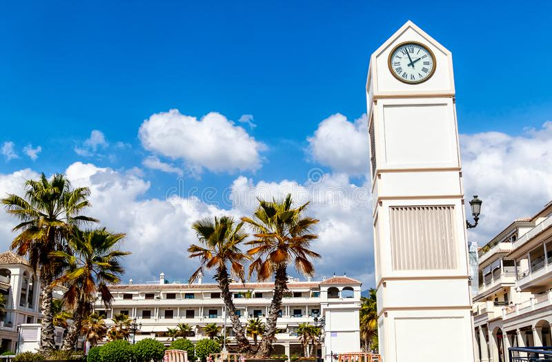 Pueblo árabe región de Nerja, Málaga, Costa del Sol, España - Plaza de Espana, es un cuadrado grande en el centro de la ciudad, a imagen de archivo libre de regalías
