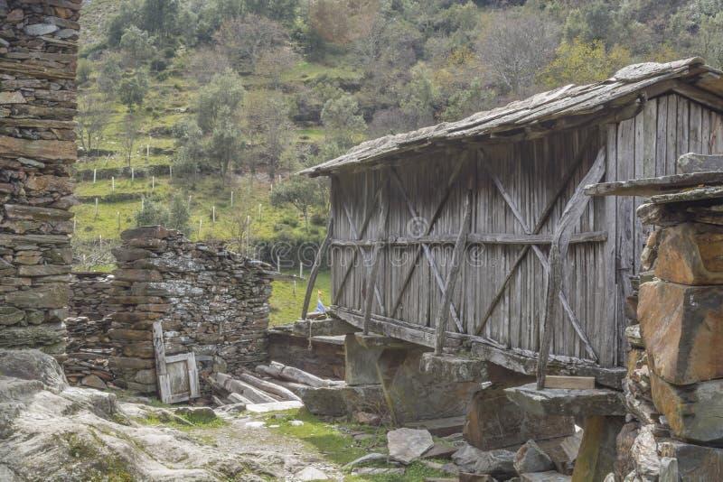 Pueblo abandonado en el centro en las montañas, la escena rural, la casa del esquisto de la ruina hecha y el paisaje de la montañ imagen de archivo libre de regalías