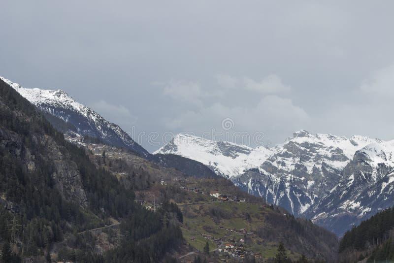 Pueblo alpino en vista escénico foto de archivo libre de regalías
