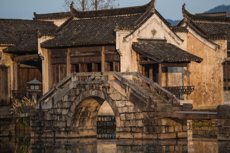 Pueblo antiguo chino del agua con el puente, la casa, la cultura y la vida de la tradición, fotos de archivo libres de regalías