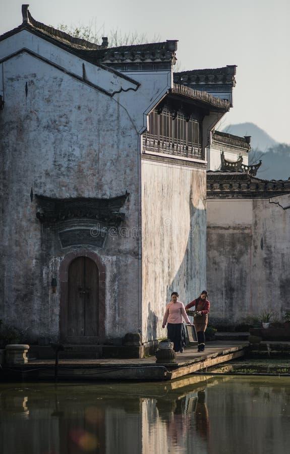 Pueblo antiguo chino del agua con la mujer, la cultura y la vida de la tradición imagen de archivo libre de regalías