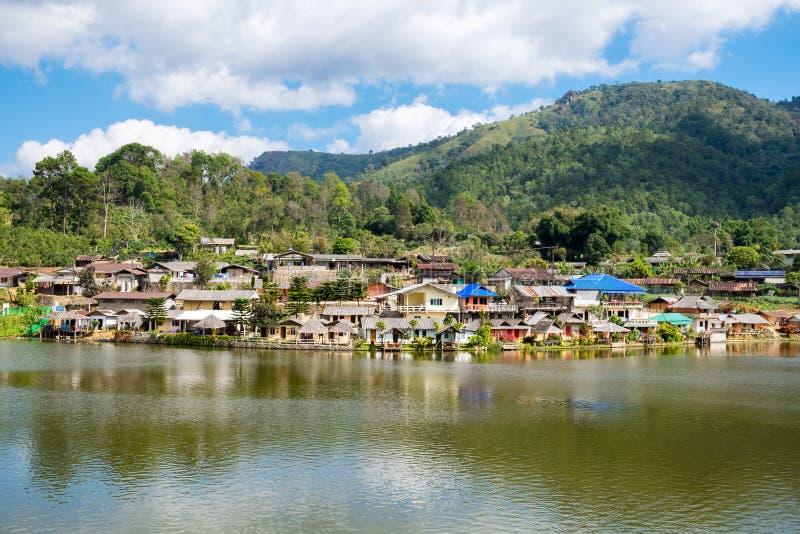 Pueblo antiguo de la tribu del punto de vista en el lago en el rak de la prohibición tailandés foto de archivo