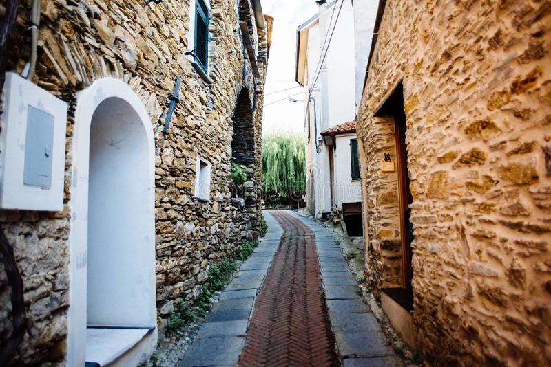 pueblo antiguo de la zona de influencia ligur, de las calles estrechas y de la c fotografía de archivo