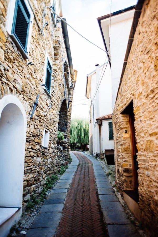 pueblo antiguo de la zona de influencia ligur, de las calles estrechas y de la c fotografía de archivo libre de regalías