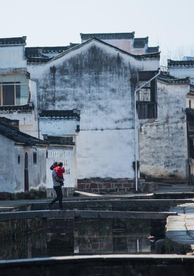 Pueblo antiguo del agua de China con la gente, la cultura y la vida de la tradición imagen de archivo