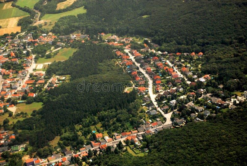 Pueblo austríaco y bosque vistos de un avión imágenes de archivo libres de regalías