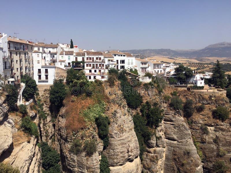 Pueblo Blanco auf Klippe, Ronda, Andalusien, Spanien lizenzfreies stockfoto