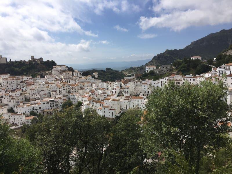 Pueblo blanco espectacular del andaluz de la montaña de Casares imágenes de archivo libres de regalías