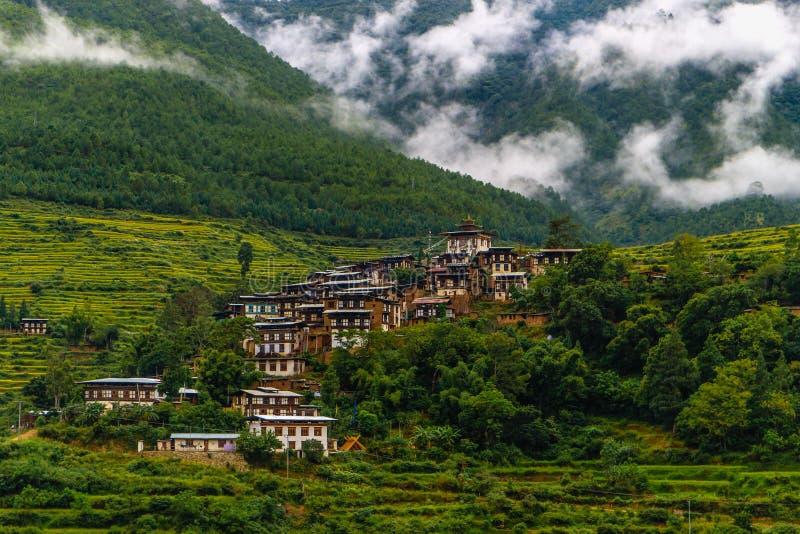 Pueblo butanés cerca del río en Punakha, Bhután fotografía de archivo