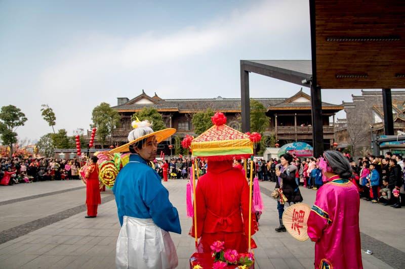Pueblo chino de la aduana popular en la ciudad de Wuhan, China imagen de archivo libre de regalías