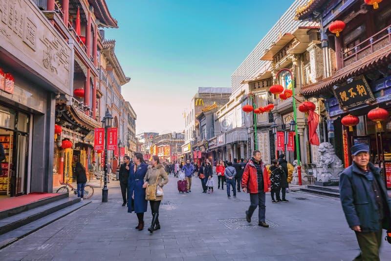 Pueblo chino o turista Unacquainted que camina en la calle de Qianmen la calle famosa en el capital de Pekín de China fotografía de archivo libre de regalías