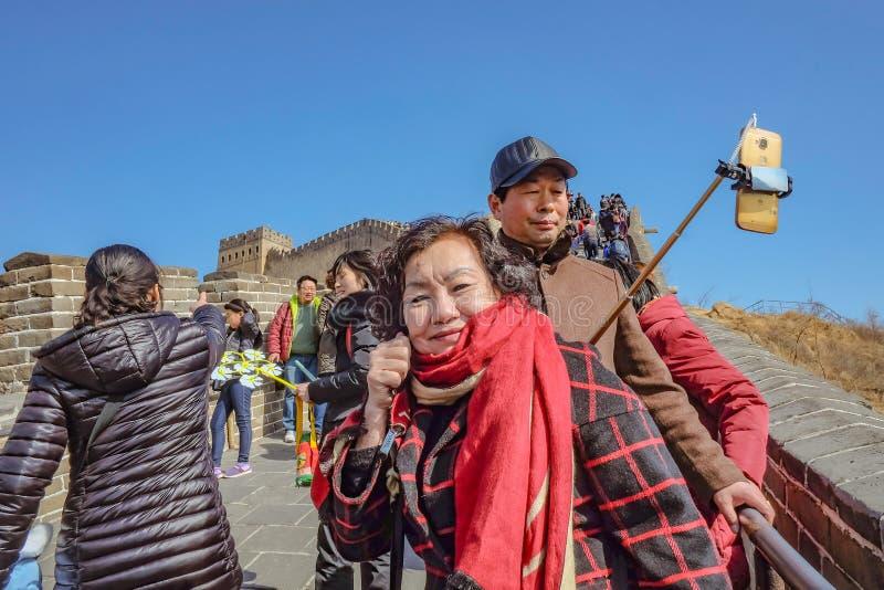 Pueblo chino o turista Unacquainted que camina en la Gran Muralla de China en la ciudad de Pekín Gran Muralla de China una de las fotos de archivo