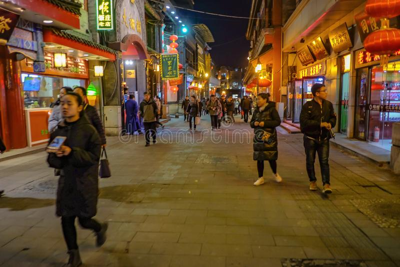 Pueblo chino o turista Unacquainted que camina en la igualación de tiempo en la calle de Qianmen la calle famosa en el capital de fotos de archivo libres de regalías