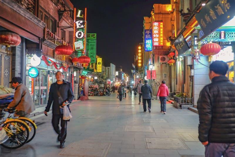 Pueblo chino o turista Unacquainted que camina en la igualación de tiempo en la calle de Qianmen la calle famosa en el capital de imágenes de archivo libres de regalías