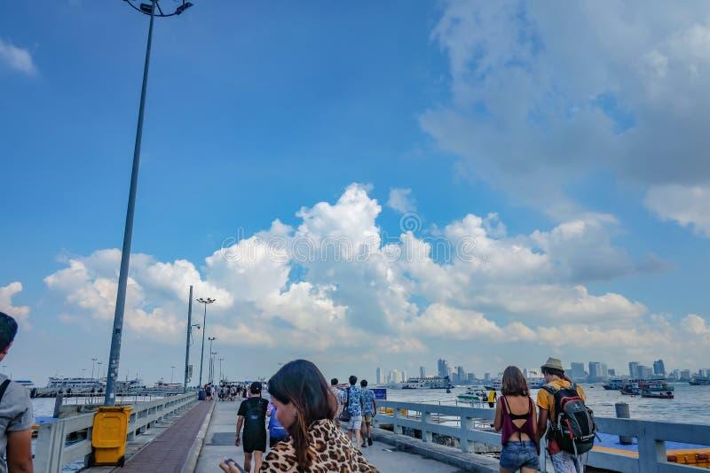Pueblo chino Unacquainted y el caminar turístico en Bali Hai Pier en Pattaya viaje del día de fiesta de Tailandia, Tailandia foto de archivo