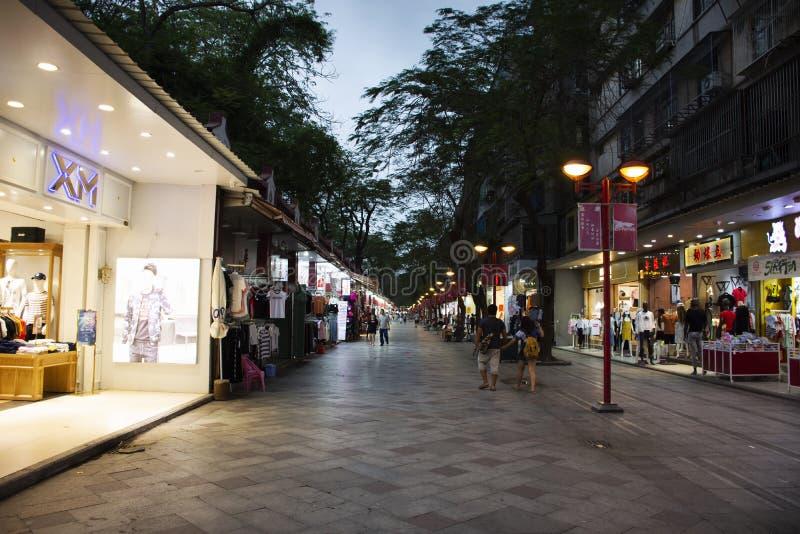 Pueblo chino y visita del viaje del extranjero de los viajeros y producto y recuerdo que hacen compras en el mercado de la noche  fotografía de archivo libre de regalías