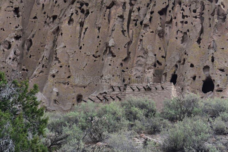 Pueblo Cliff Dwellings i nya Los Alamos - Mexiko arkivbilder