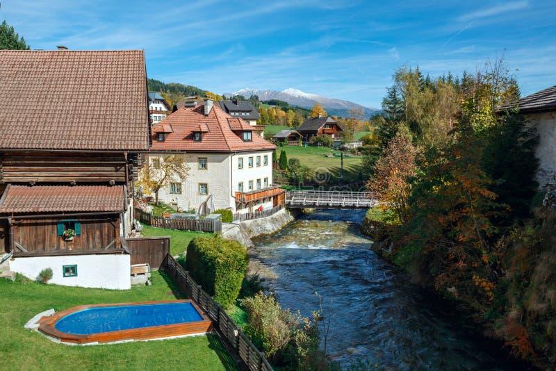 Pueblo con mercado de Mauterndorf en el río Taurach Montañas de las montañas, Austria foto de archivo