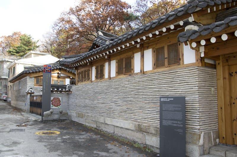 Pueblo coreano antiguo de Bukchon Hanok de la arquitectura imágenes de archivo libres de regalías