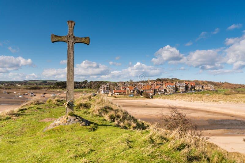 Pueblo de Alnmouth y cruz de madera imagen de archivo