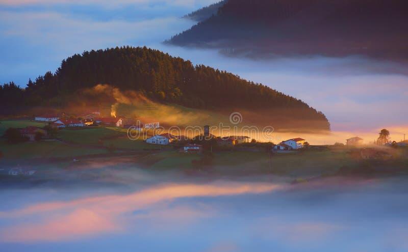 Pueblo de Barajuen en Aramaio con niebla de la mañana imagen de archivo libre de regalías