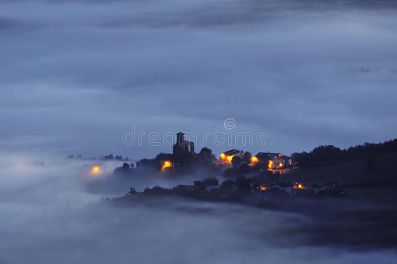 Pueblo de Barajuen en Aramaio en la noche con niebla fotos de archivo