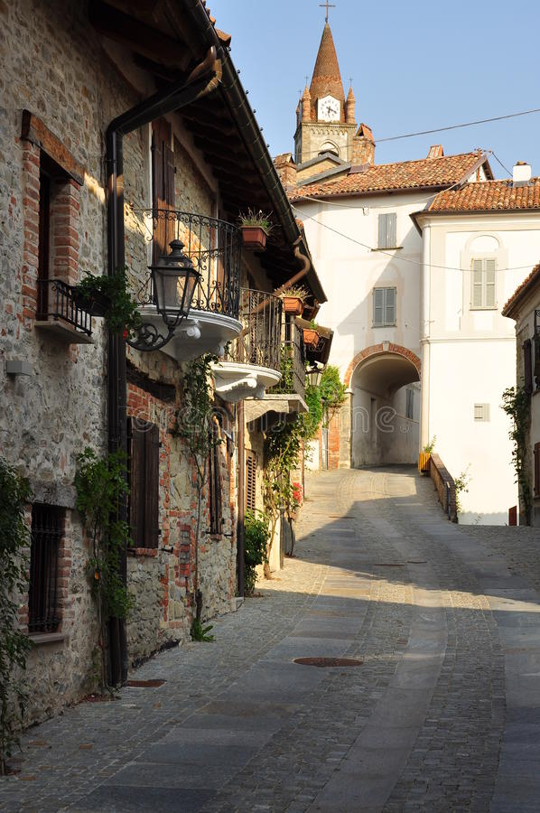 Pueblo de Bossolasco, Langhe, Piemonte del sur, Italia fotos de archivo
