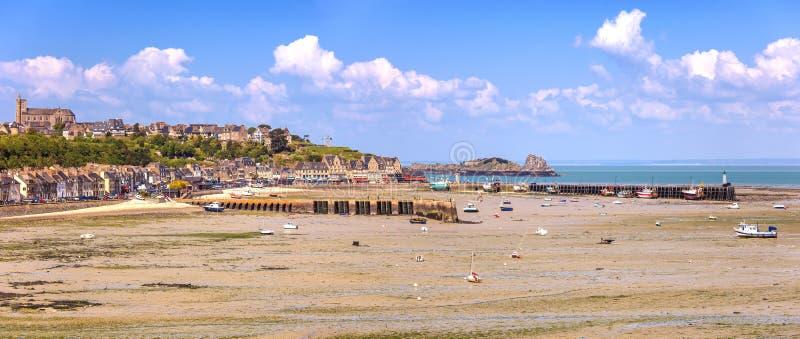 Pueblo de Cancale de la marea baja y puerto pesquero. Bretaña, Francia. fotografía de archivo