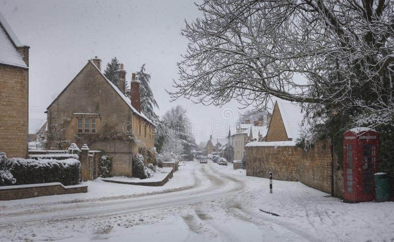 Pueblo de Cotswold en la nieve, Gloucestershire, Inglaterra fotos de archivo