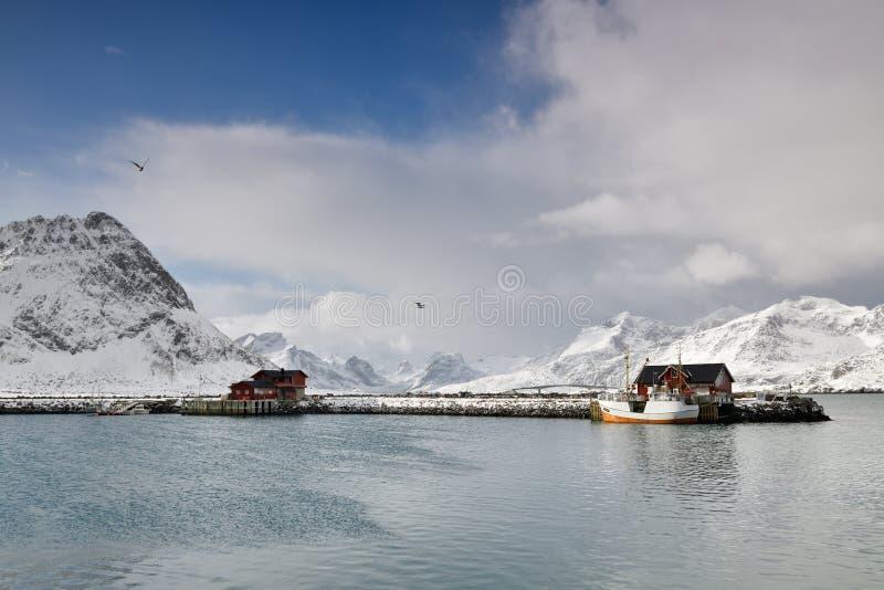 Pueblo de Fisher adentro en el archipiélago de Lofoten, Noruega en invierno fotos de archivo