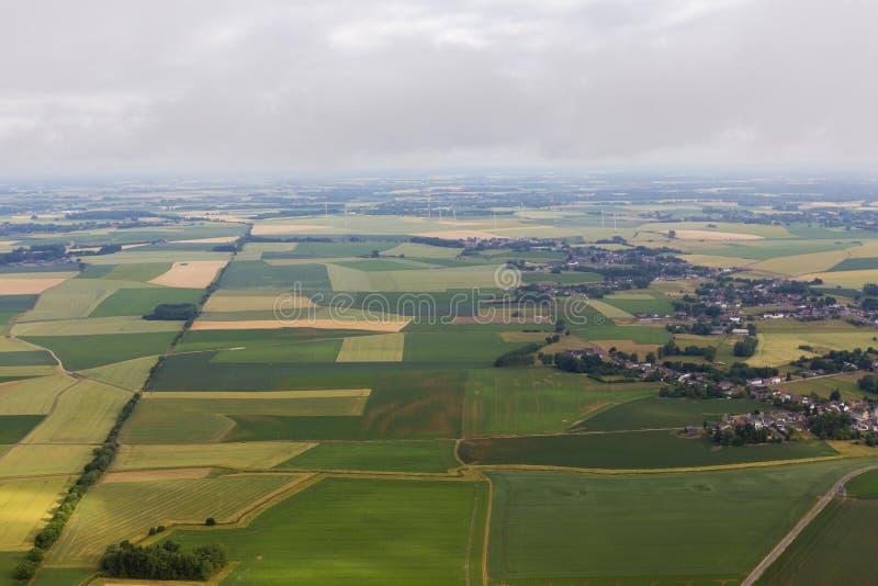 Pueblo de Fleurus y los campos de la agricultura foto de archivo libre de regalías