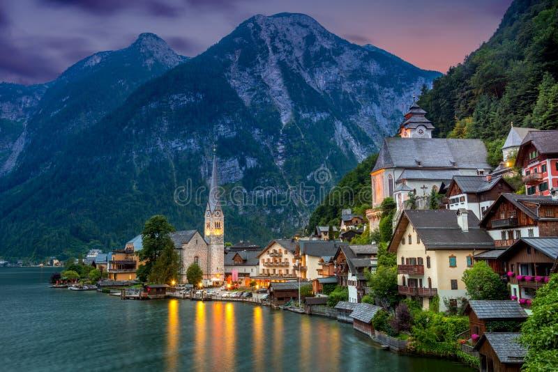 Pueblo de Hallstatt en las montañas y el lago en la oscuridad, Austria, Europa imagen de archivo