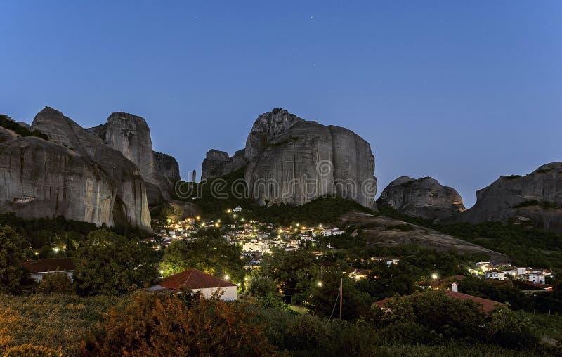 Pueblo de Kastraki y montañas en la noche, Grecia de Meteora imagen de archivo libre de regalías