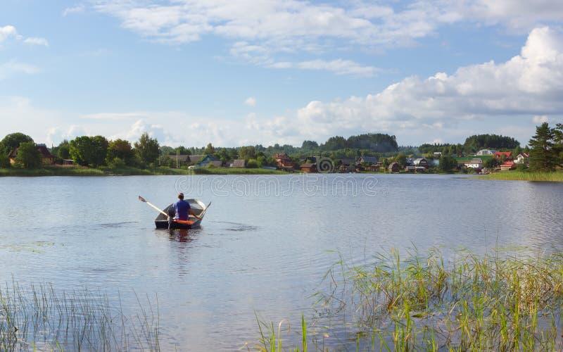 Pueblo de la orilla del lago de Sunny Summer Day In The imagen de archivo libre de regalías