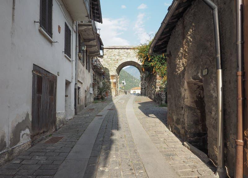 Pueblo de la puerta del este de Donnas imagenes de archivo