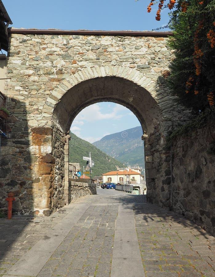 Pueblo de la puerta del este de Donnas fotografía de archivo
