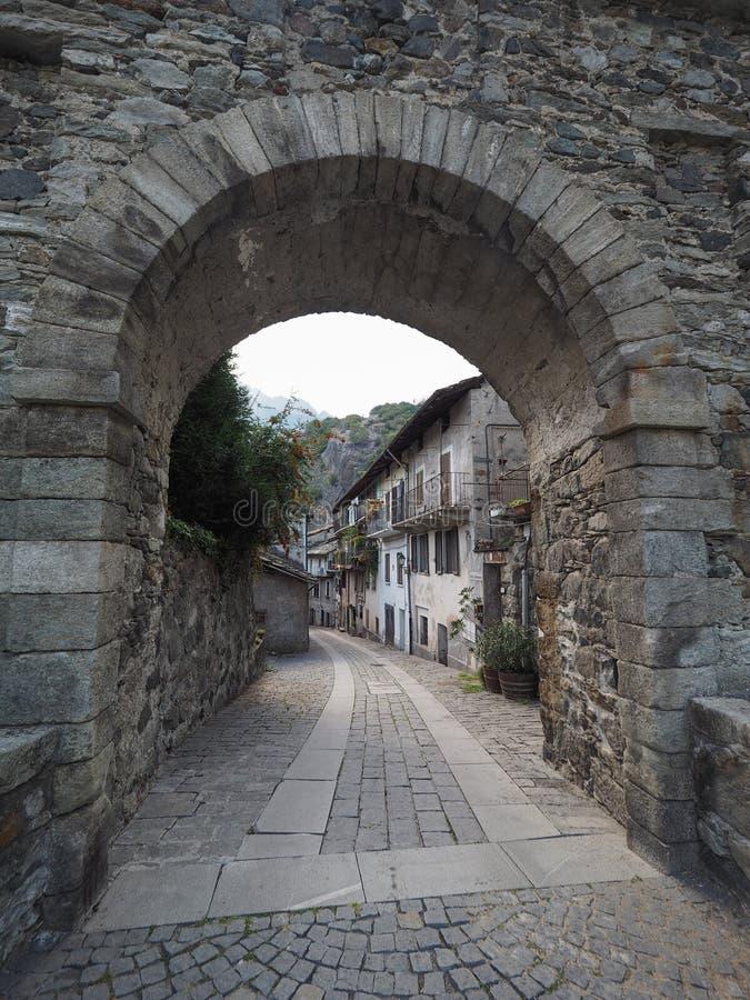 Pueblo de la puerta del este de Donnas fotografía de archivo libre de regalías