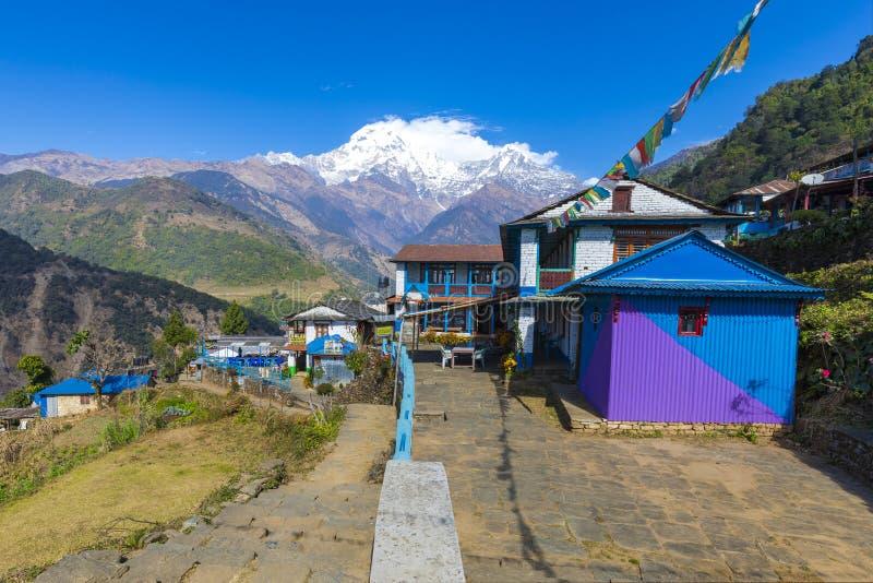 Pueblo de Landruk visto en el camino al campo bajo de Annapurna imagen de archivo libre de regalías
