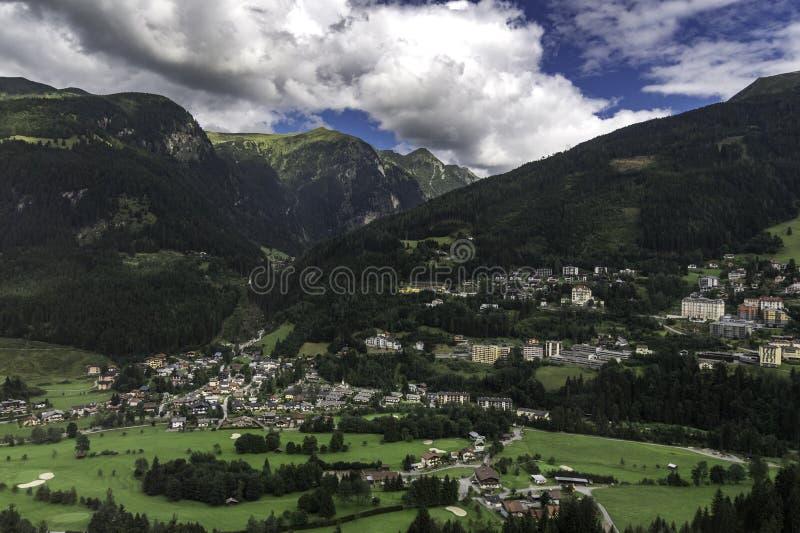 Pueblo de las montañas austríacas mientras que viaja en tren, serie del viaje del tren fotos de archivo
