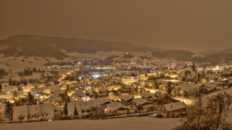 Pueblo de las nevadas en Suiza fotografía de archivo libre de regalías