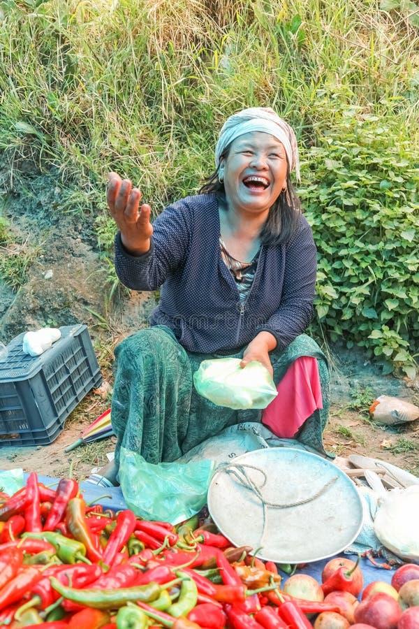Pueblo de Lobesa, Punakha, Bhután - 11 de septiembre de 2016: Mujer sonriente no identificada en el mercado semanal de los granje imagen de archivo libre de regalías