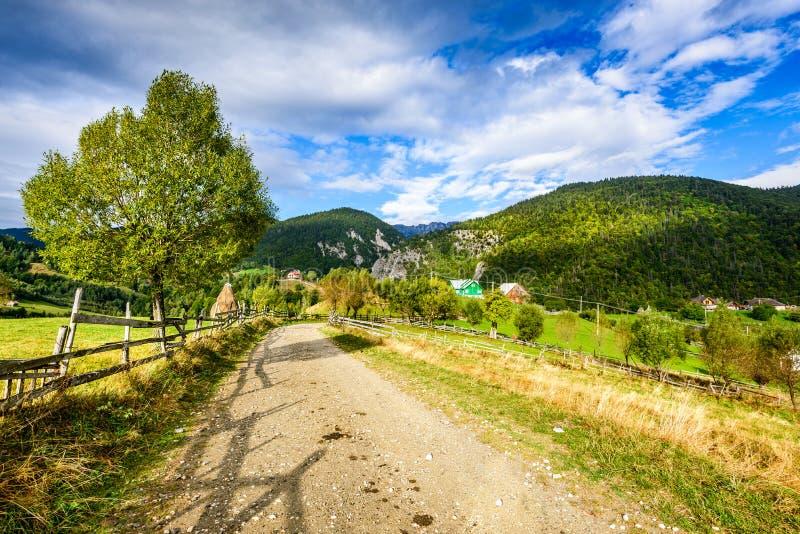 Pueblo de Magura, montañas cárpatas, Rumania imágenes de archivo libres de regalías