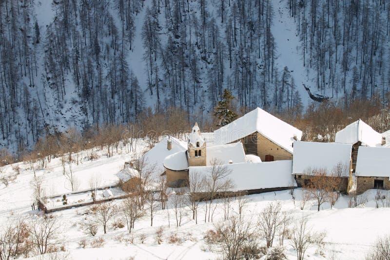 Pueblo de montaña bajo capa gruesa de nieve foto de archivo libre de regalías