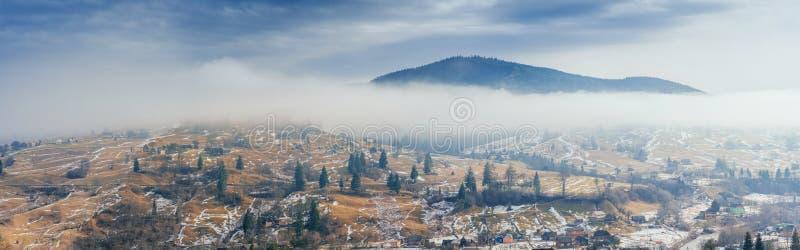 Pueblo de montaña en el valle cárpatos ucrania europa fotografía de archivo libre de regalías