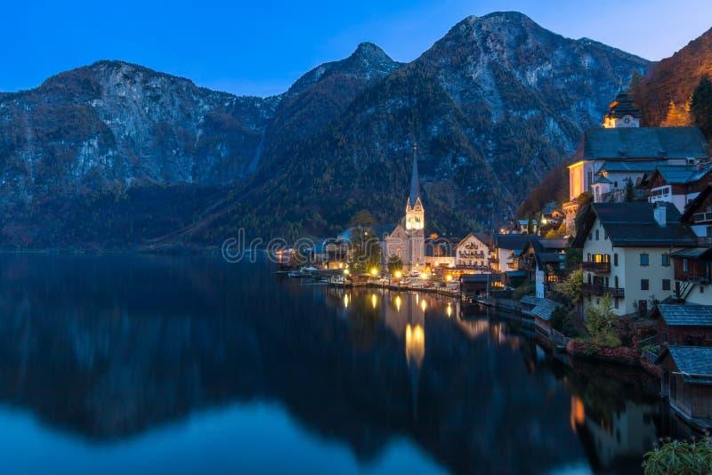 Pueblo de montaña de Hallstatt en la noche del punto de vista clásico Salzkammergut Austria de la postal foto de archivo libre de regalías