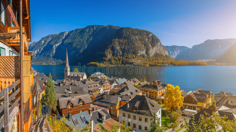 Pueblo de montaña histórico de Hallstatt con el lago en caída, Austria imagen de archivo